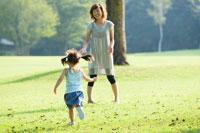 公園で遊ぶお母さんと女の子