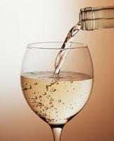 ワイングラスに注がれる白ワイン