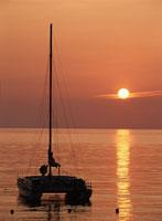 夕暮れのヨット 01673000916| 写真素材・ストックフォト・画像・イラスト素材|アマナイメージズ