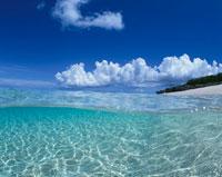 半水面と島と空 宮古島 沖縄県 01673003010| 写真素材・ストックフォト・画像・イラスト素材|アマナイメージズ