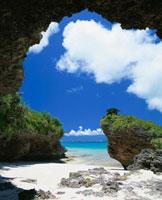 洞窟からの風景 01673090280| 写真素材・ストックフォト・画像・イラスト素材|アマナイメージズ