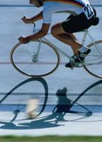 自転車に乗る外国人男性