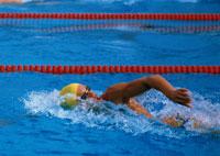 泳ぐ男性 01676001212  写真素材・ストックフォト・画像・イラスト素材 アマナイメージズ