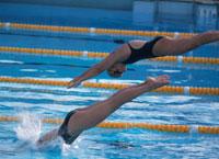 プールへ飛びこむ外国人女性   シドニー オーストラリア
