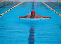 競泳をする外国人の男性