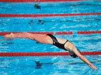 プールへ飛びこむ外国人女性