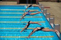 プールへ飛び込む競泳選手