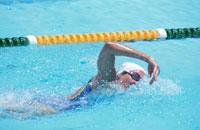 クロールで泳ぐ女性