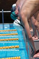 スタート台で構える水泳選手