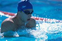 平泳ぎをする外国人の男性