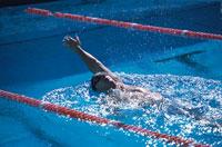 背泳ぎをする外国人の男性