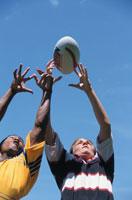 ラグビーボールを取り合う2人の男性