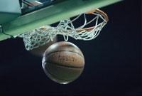 バスケットのゴールネットとシュートしたボール