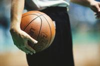 バスケットボールを持つ人物