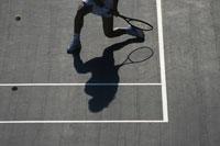 コートでテニスをする人物の足