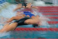 競泳のスタートする女子選手