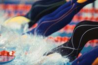 競泳選手のスタートと水しぶき 9月