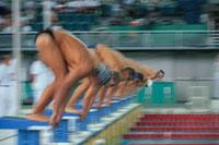 競泳の男子選手のスタート