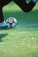 ボールをキックする人物の足 9月