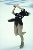 ソロのフィギアスケートの反る女性
