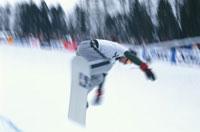 スノーボードをする人物