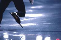 スピードスケートをする人物