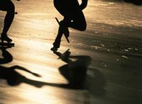 スピードスケートをする人物のシルエット 01676020534| 写真素材・ストックフォト・画像・イラスト素材|アマナイメージズ