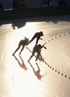 スピードスケートをする3人のシルエット 01676020535| 写真素材・ストックフォト・画像・イラスト素材|アマナイメージズ