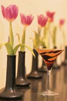 1輪づつ花瓶に入った花とカクテル(チョコレートマティーニ)