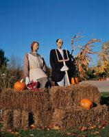 ハロウィンのカボチャと2体の人形