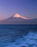 波しぶきと富士山