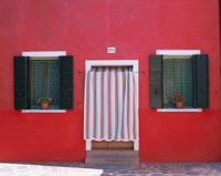 ブラノ島の赤壁の家 ベネチア イタリア 01702090141  写真素材・ストックフォト・画像・イラスト素材 アマナイメージズ
