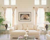 白いソファーとキャンドルのあるリビング