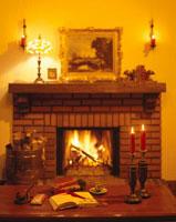 赤々と燃える暖炉と古書 冬
