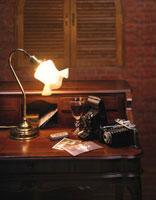 アンティークの机とワインとカメラ