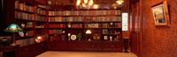 書斎のインテリア(イス・電気スタンド・本棚など)