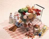 ランチョンマットの上に置いたショッピングカート 01768010000| 写真素材・ストックフォト・画像・イラスト素材|アマナイメージズ