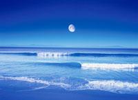 月と海のさざ波