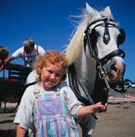 白い馬と赤毛の外国人の女の子 01782005711| 写真素材・ストックフォト・画像・イラスト素材|アマナイメージズ