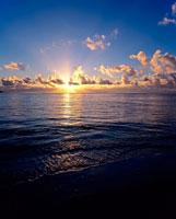 朝焼けの海 01782010443| 写真素材・ストックフォト・画像・イラスト素材|アマナイメージズ