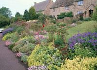 たくさんの花の咲くコッツウォルズの村   イギリス