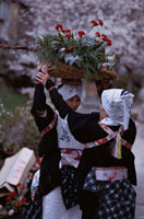 花の入った籠を頭に乗せる白川女 京都