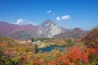 秋の高浪の池と明星山
