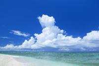 沖縄本島と積乱雲と海