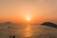 伊良子岬の夕陽 01801016902| 写真素材・ストックフォト・画像・イラスト素材|アマナイメージズ