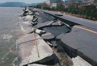崩れた道路 01807001458| 写真素材・ストックフォト・画像・イラスト素材|アマナイメージズ