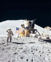 月面に立てられた旗に敬礼する宇宙飛行士