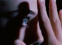 恐怖におびえる女性