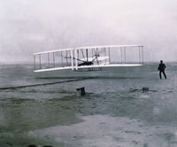 ライト兄弟が動力飛行機で有人飛行に成功(1903年12月17日) 01809010080| 写真素材・ストックフォト・画像・イラスト素材|アマナイメージズ