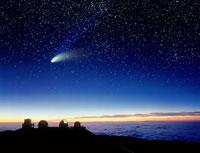 マウナケアの望遠鏡と彗星
